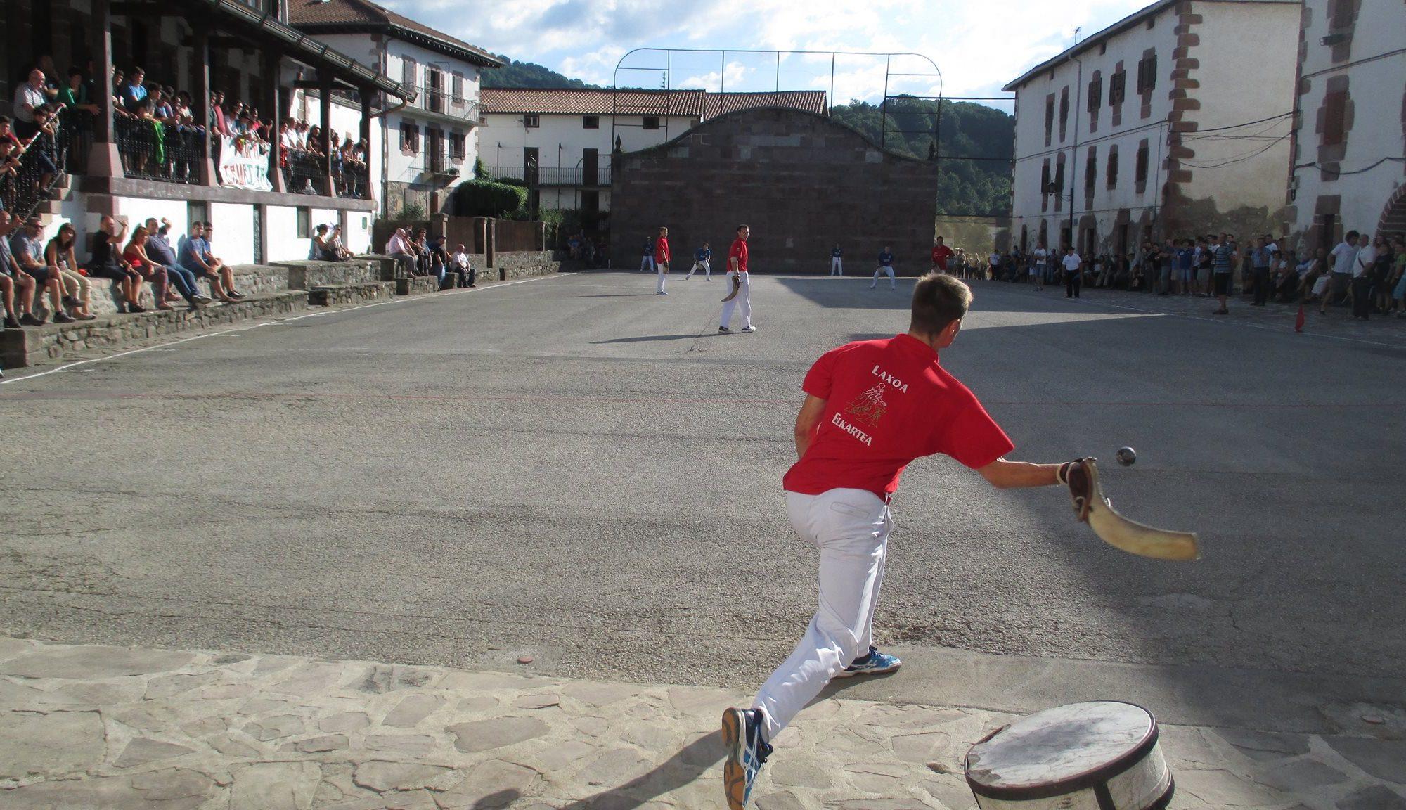 Juego de pelota en un escenario público